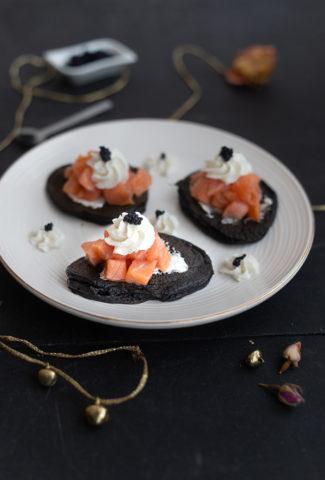 Blinis à l'encre de seiche, cœur de saumon fumé Labeyrie, mousse au raifort et œufs de lompe