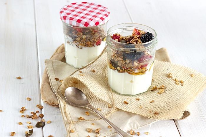 Red berries muesli with homemade granola take away